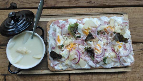 Aspergesoep met flammkuchen belegd met asperges, boerenham en geraspte kaas